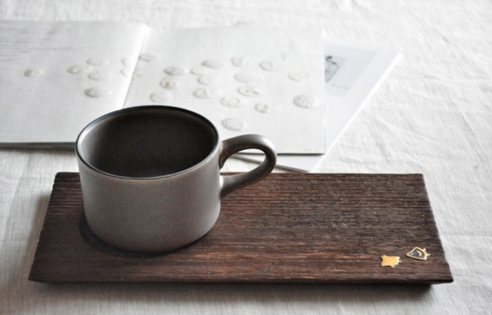 金沢桐工芸は、城下町金沢が生んだ全国に類を見ない独自の伝統工芸です。焼桐の木肌にシンプルでありながらも優美な高蒔絵が施されているのが特徴です。使い込むことで経年の変化を楽しむことができます。