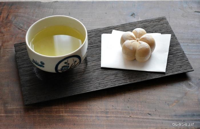 焼桐のあたたかくやわらかい焼肌は、木目が美しく落ち着いた雰囲気があり、日本茶と和菓子を乗せても素敵です。