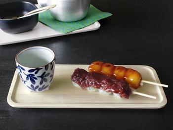 お好みのカラーのトレイに日本茶とお団子をのせて、ゆったりとした時間の流れを感じながら「和」の雰囲気を味わってみるのも良いですね。