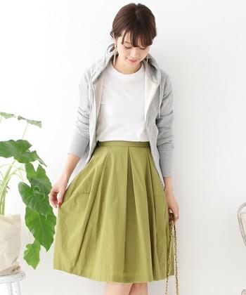 春らしい鮮やかなカラーのスカートは、Tシャツ×パーカーのカジュアルな組み合わせに上品さをプラス。サイドで切り替えしたコクーンシルエットは、ひろがり過ぎずスッキリと見せてくれます。
