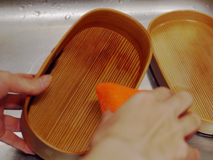 こびりついている汚れをやわらかくするためしばらくぬるま湯につけ、洗剤(無香料がベター)とスポンジでやさしく洗い、乾燥させます。