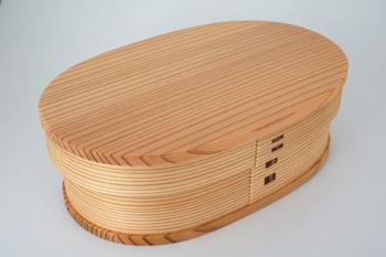 大館工芸社の、小判型の弁当箱と少しくびれたはんごう型の弁当箱シリーズです。樹齢150~200年の天然秋田杉を用いて作られており、美しい木目が印象的。