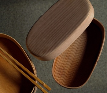 曲げわっぱを長年使ってこられた「曲げわっぱな日々」の近藤奈央さんは、白木の一段の小判型曲げわっぱをおすすめしています。やはり、ベーシックな形として長年使われてきたのには理由があるのですね。