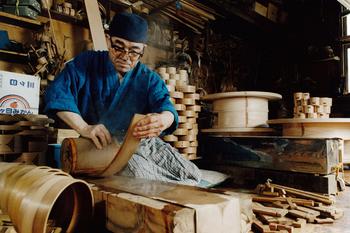 中でも、秋田県大館市の「大館曲げわっぱ」が特に有名です。写真は、大館市の熟練の職人・柴田慶信氏です。天然の秋田杉のみを用いて、曲げわっぱなどの伝統工芸品を製作しています。