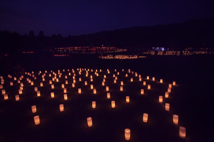 日中は緑の絨毯を敷き詰めたような若草山も、『なら燈花会』の夕べでは、燈籠の灯りに照らされ、訪れる人々を幻想的で神秘的な世界へと誘います。