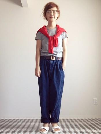 Tシャツにゆったりパンツのシンプルなリラックスコーデ。肩にかけた、キレイな赤のカーディガンが差し色として効いていますね♪カジュアルコーデに「女性らしさをプラスしたいな」というときは、こんな風に明るいカラーのアイテムを取り入れてみて。太めベルトの小物使いも素敵です♪