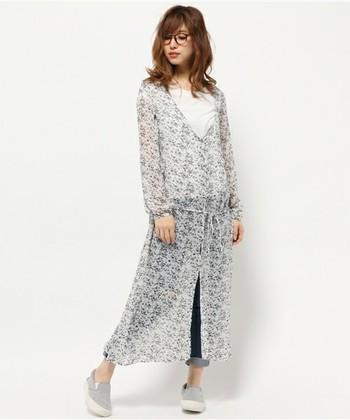 透け感のある小花柄のガウンは、夏に大活躍すること間違いなしの一枚♡シンプルスタイルでもガウンを羽織れば、いっきに華やかになります。透け感のあるシフォン素材なので、中に着るシャツの色で遊んでみるのもアリ◎。
