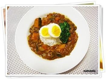 ラタトゥイユにカレールーと挽肉を混ぜるだけで、野菜たっぷりのおいしいカレーにリメイクできます。チーズをのせて焼いてカレードリアにしても◎!