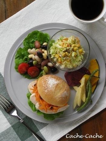 しっとり柔らかい茹で鶏は、パンに挟むだけでちょっとリッチなチキンサンドに。多めの野菜と一緒に食べたいですね。キャロットラペなら、彩りも豊かに。