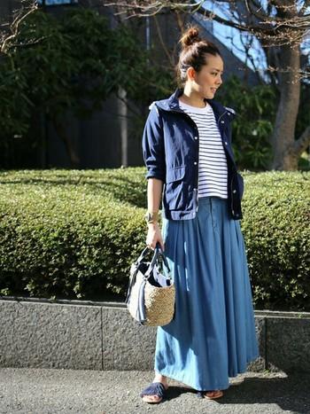 ネイビーのサンダル、ブルゾン、インナーなど全体をブルー系で統一した爽やかなコーディネート。メンズライクなマウンテンパーカーも、ロングスカートや小物で上手くフェミニンさがプラスされています。