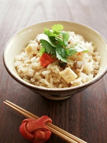 続いてこちらは中華風。といっても、特別な材料は必要がなく、下味をつけた豚肉とにんじんなどの具材を合わせて炊くだけなのですが、ポイントは水加減をするときに純正ごま油を加えるところ。こうするともち米を使わなくてもモチモチの炊きあがりになるそうですよ!