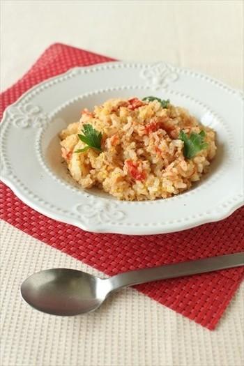 こちらはトマトをまるごと1個入れた、トマトの炊き込みライスです。作り方はとってもシンプルで、へたをくりぬいたトマト、ツナ缶、塩を加えてただ炊くだけ!トマトに切り込みをいれておけば、炊きあがってトマトを混ぜ込むときに皮をかんたんに取り除くことができるそうです。あっという間に作れるレシピですね。