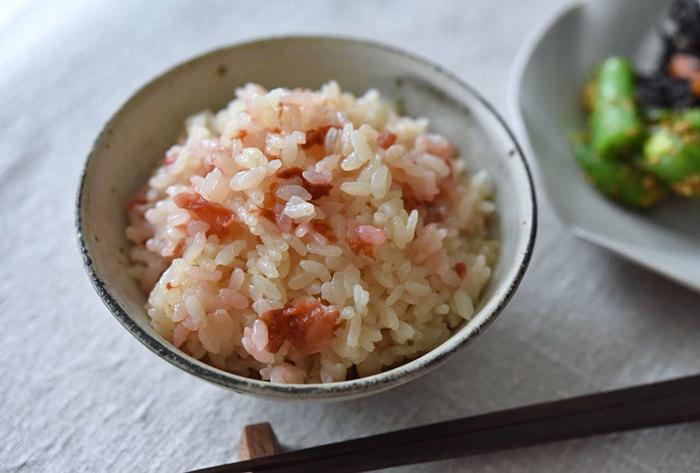 そしてこちらは、なんと具材は梅干しのみ。梅干しをだし汁で炊き込むのですが、これがとっても美味しいんです♪吸水して水気を切った米にだし汁と調味料を入れ、梅干しを載せて炊くだけ。炊きあがったら種をとって混ぜ込みます。