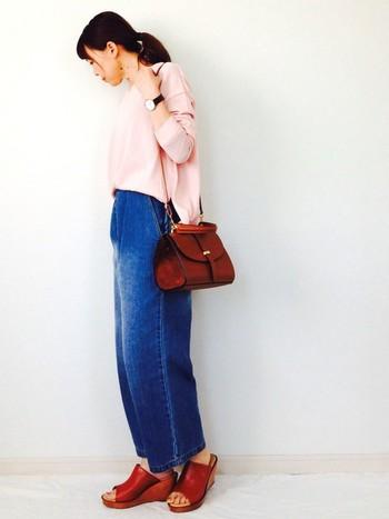 今季、流行中のピンク色のトップスにデニムを合わせてカジュアルに。バッグと靴の色味や素材を合わせて、カジュアルになり過ぎず、大人の雰囲気にうまくまとめています。