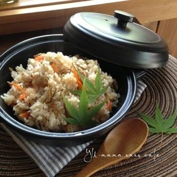 続いてこちらは、シャケの缶詰と塩昆布を使った炊き込みご飯です。こちらもお家に常備しておけば、すぐに作れるレシピですね。塩昆布のおかげで調味料なしでも美味しく炊きあげることができるそうです♡
