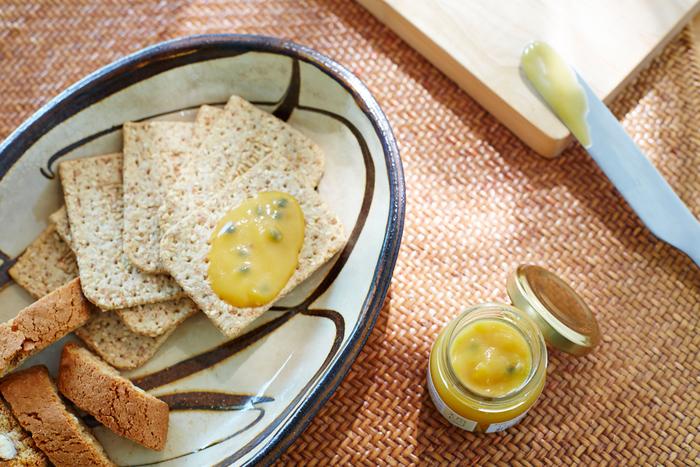 イギリスで長く愛されている「レモンカード」を、100%沖縄県産・無農薬栽培のパッションフルーツでアレンジ。甘さとほどよい酸味がきいていて、卵、砂糖、バターが練りこまれ、なめらかな口当たりのペーストです。プチプチとしたパッションフルーツの種の触感も楽しめます。スタンダードにパンに塗っても美味しく、またクリームチーズとの相性もバツグン。タルトにしたり、クッキーに乗せて食べるとレアチーズケーキのよう。美味しいバターは贈り物にもぴったりですよ。