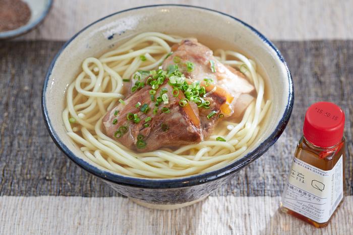 沖縄の過程では古くから親しまれている調味料「コーレーグース」。こだわりの製法で作られた泡盛と、沖縄県産の島唐辛子、もろみ酢、黒糖、よもぎを加えて贅沢に仕上げています。沖縄では、沖縄そばやチャンプルー(炒め物)料理にかけたり、お刺身の醤油代わりにしたり、何にでも入れて独特の風味を楽しんでいます。お肉の柔らかさや旨味も引き出すので、家庭料理ととても相性の良い調味料。こだわりをもって作られた泡盛と島唐辛子がマッチしたコーレーグースで、料理に深みが増すのを実感してみてください。