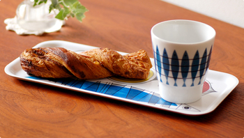 アルメダールス社の商品の中でも、大人気の北欧テイスト溢れるニシンがモチーフのマグカップとコーディネートして楽しむのもいいですよね。