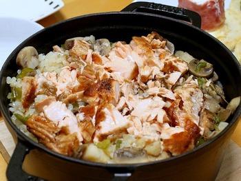だし汁やお醤油を使わない、和食以外の炊き込みご飯もレパートリーに加えてみませんか?こちらは玉ねぎやピーマンなどの具材と一緒にブイヨンでお米を炊き、バターソテーしたサーモンを最後に合わせて蒸らして混ぜ込む洋風サーモン飯です。野菜もお魚も入って栄養満点のメインディッシュになりますね。