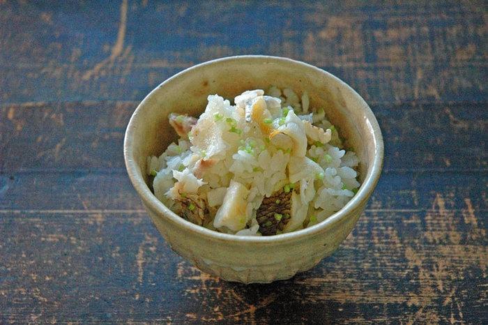 こちらは「鯛めし」です。鯛めしというと、ちょっと特別な、お祝いごとのときにつくるイメージがありますが、こちらのレシピでは鯛の切り身を使ってつくっています。漬けだれに漬け込んだ鯛を米に載せて炊く、というところまでは割とかんたんですが、炊きあがったあと鯛から小骨を取り除くというひと手間があります。時間のある休日なんかに、ゆっくり丁寧に作りたい贅沢ごはんです。