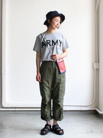 Tシャツもパンツも合わせやすい色とデザインのコーデ。あえてTシャツをパンツインすることでカジュアルな中にメリハリが出ます。