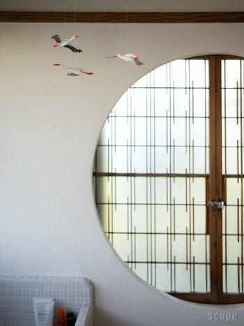 ふわふわと優雅に空中を舞う、コウノトリのモビール。天井から吊るすだけで、やさしい雰囲気のお部屋にしてくれます。洋室だけでなく、和室にもぴったりですね。