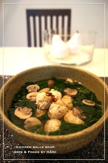 優しい塩味が嬉しい、鶏つみれのほうれん草ときのこたっぷりスープ。生姜たっぷり鶏団子と、ほうれん草、きのこの具だくさんレシピで、鶏団子が入っているのでボリュームもある、食べるスープです。