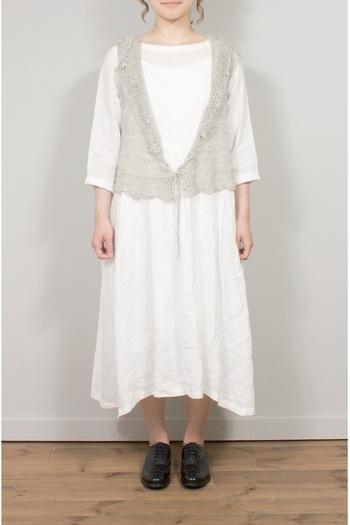 かぎ針編みのほんのりガーリーなニットベストです。どんなお色のお洋服と合わせても洗練されたナチュラルな着こなしが実現できそう!