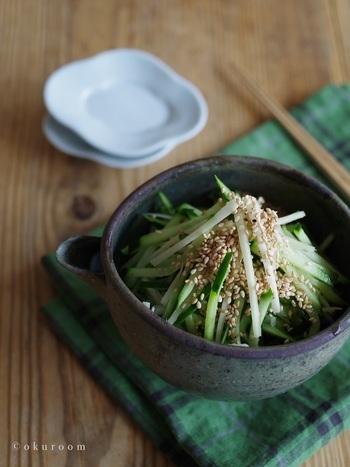 6月~8月が旬の新生姜を使った、きゅうりと新生姜の和え物。相性の良いキュウリと切って、タレで和えるだけのサラダ感覚で食べられます。暑い夏にさっぱりと♪