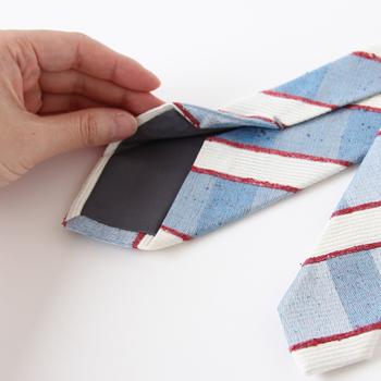羽田忠織物のネクタイは、凹凸のある独特の生地が特徴です。上質なシルクをあえてカジュアルな風合いに仕上げたネクタイは、夏のスーツに軽やかさと清涼感をプラスしてくれます。上品なブルー系のストライプから、モダンな千鳥柄まで。厳選された色・柄のネクタイは、思わず何本も揃えたくるほど魅力的なものばかりです。(羽田忠織物 ネクタイ ¥7,560)