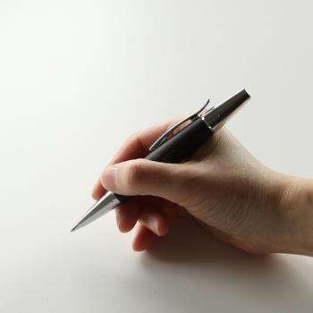 書類にサインしたり、手帳に予定を書き込んだり…。常に携帯するボールペンは、ビジネスシーンに欠かせないアイテムですよね。お仕事の場面でよく使うボールペンは、品質にもこだわりたいと思う男性が多いそうです。そんなビジネスマンにおすすめなのが、ドイツの老舗筆記具ブランド「ファーバーカステル」のボールペン。