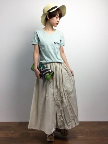 軽やかなコットンボイルのロングスカートに、柔らかなグリーンのTシャツをさらりと合わせれば、シンプルな大人カジュアルスタイルに。麦わら帽子を被れば、よりいっそう夏らしくて涼しげ。