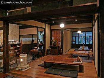 倉敷の百数十年前の江戸時代後期に建てられた町家を修繕した、趣きたっぷりの店内。