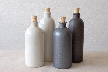 信楽焼のおしゃれなイオンボトルも、お酒が好きな男性にぜひ贈りたいアイテムです。ラジウム石を含む土を使用したボトルは、お酒を一昼夜入れるだけで不思議とまろやかな味わいに。その効果は半永久的なので、長く愛用できるのも嬉しいですよね。