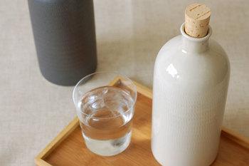 水も同様にイオン化されて美味しくなるので、普段の飲料水はもちろん、お酒の水割り用にも重宝します。さりげなくカンナ模様が施されたボトルは、インテリアに飾ってもおしゃれですよね。色はツヤのあるベージュとマットなグレーの2色展開。ぽってりした太めのデザインと、縦長のスマートなボトルの2種類のデザインが選べます。(信楽焼 イオンボトル \2,808)