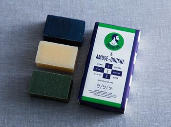 """フランス語で""""お風呂に入る・入浴する人""""を意味する「LE BAIGNEUR (ル・ベヌール)」。フランスの男性スキンケアブランドとして有名なル・ベヌールのゲストソープは、体にも環境にも優しい天然素材と贅沢な使用感が魅力です。パッケージもおしゃれなソープセットは、ちょっとした贈り物にもぜひおすすめですよ♪"""