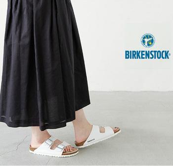 Arizonaは2本ベルトで着脱が楽なモデル。ワイドなストラップが足の甲までしっかりホールド。開放感があるのに安定した履き心地が魅力です。