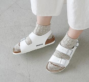 """""""Milano""""はバックストラップ付きでフィット感のある履き心地がポイント。アクティブな日常に寄り添う安定感ある履き心地です。バックストラップがあるため、靴下を着用してもサンダルが脱げる心配がありません♪"""