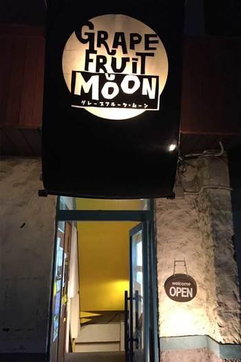 こちらは三軒茶屋にある「ライブ&バー Grapefruit Moon」。茶沢通りを抜け、太子堂中央商店街を約5分ほど歩くと、目印のロゴが見えてきます。