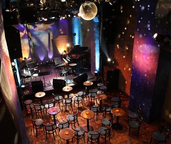 こちらは開放的な吹き抜け構造で、2階からもライブが愉しめる「STAR PINE'S CAFE」。東京スカパラダイスオーケストラや忌野清志郎らをはじめ、国内外・ジャンルを問わず多くのミュージシャンが出演してきたライブハウスです。
