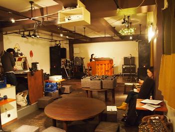 続いても下北沢の「mona records」。思わずまったりしたくなるカフェのようなライブスペースで、くつろぎながら音楽を愉しめます。