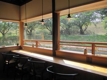 外の水辺の景色を眺めながら食事やデザートをいただけるカウンター席もあります。