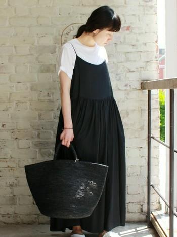 大人なモノトーンコーデに仕上げるならバッグも黒で。でもかご素材にすることで重くなりすぎず、夏でもさわやかなコーデになります。