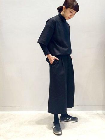 人気のガウチョパンツに、メンズのストライププルオーバーを合わせたモード感のあるワントーンコーディネート。黒スニーカーで抜け感を。さらに、髪をタイトにまとめることでマニッシュな印象に仕上がりますね。