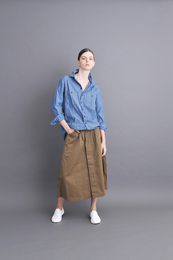デニムシャツ×ロングスカートのテッパンコーデ。カーキの定番アイテムでもあるロングスカートは、着まわしバツグン。フロントに大き目のタックを使用して、フンワリ感がアップ。適度な厚みのあるヘリンボーン素材なので、春夏意外にも活躍の機会は多そうです。