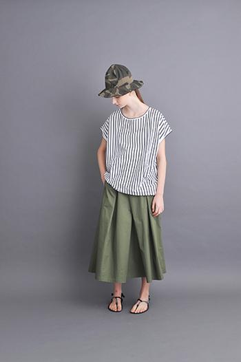 ストライプシャツとロングスカートで爽やか夏コーデ。微妙にプリーツが入っているところが、ミリタリー風味の中にも女性らしさが感じられます。帽子とカラーを統一して、ちょいミリタリーを取り入れるのもいいかも。