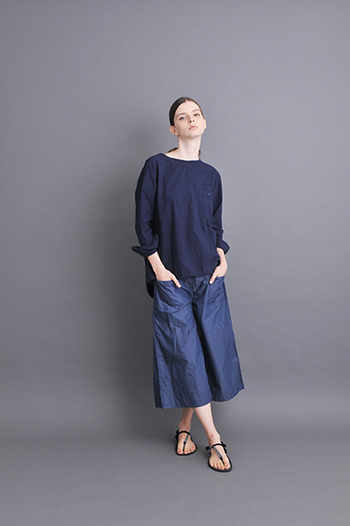 一見デニム風ですが、先ほどのワンピースと同じ、スーピマ糸を使用したシャンブレー素材で、ハリと光沢感があります。今流行のスカーチョは、お家の中でも、お出かけでも、とにかく大活躍。ボーダーなどと相性が良いですが、このように紺×紺コーデだと、落ち着いて大人っぽく着こなせますね。