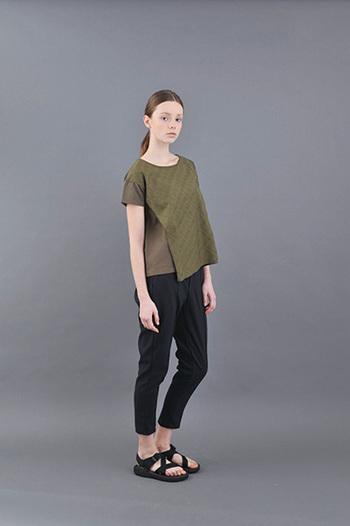 前面が2枚重なっていて、アシンメトリーなカットが素敵なTシャツ。これ1枚で主役になれそう。Tシャツに合わせるこの夏の足元は、スポサンで軽快にカッコよく決めるのがおすすめ。