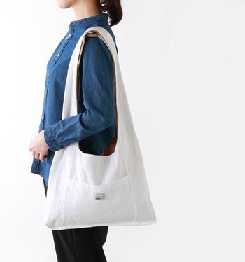 気分によって使い分けられる、リバーシブルのおでかけバッグ。内側にも同じくポケットがついているのがうれしい。春夏は爽やかに、白で、秋冬はミリタリーなど、季節やコーデによって楽しめます。