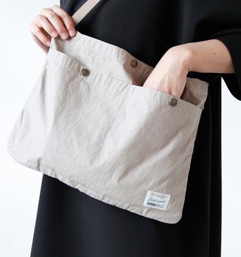 A4サイズでたっぷり入る、サコッシュソリッドバッグ。ストラップを調節して、ショルダーバッグ、ハンドバッグ、クラッチにと3WAYで使えます。